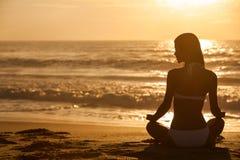 Kobiety Dziewczyny Siedząca Wschód słońca Zmierzchu Bikini Plaża Zdjęcie Stock