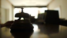 Kobiety dzwonienia recepcyjny dzwon w hotelu zbiory wideo