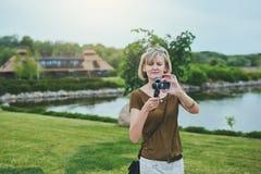 Kobiety ekranizacja z małą osobistą kamerą zdjęcia royalty free