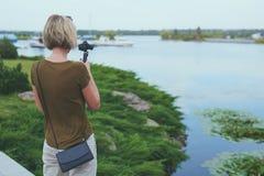 Kobiety ekranizacja z małą osobistą kamerą zdjęcie stock