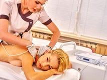 Kobiety elektryczności rękawiczek odbiorczy masaż przy piękno salonem Zdjęcia Stock