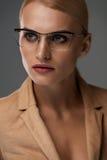 Kobiety Eyewear Piękna Biznesowa kobieta W Czarnych mod szkłach Obraz Stock