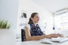 Kobiety fachowy pisać na maszynie, używać klawiaturę Zdjęcie Royalty Free