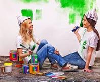 Kobiety farby ściana w domu Obraz Royalty Free