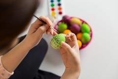 Kobiety farby Easter jajka, kolorowy szczotkarski rzemiosło Obrazy Royalty Free