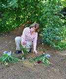 Kobiety flancowanie kwitnie w ogródzie fotografia royalty free