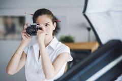Kobiety fotografii profesjonalista bierze pracownianego obrazek Obrazy Royalty Free