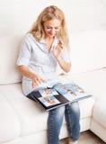 Kobiety fotografii przyglądająca książka zdjęcia stock