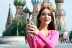 Kobiety fotografujący przyciągania w Moskwa Zdjęcie Royalty Free