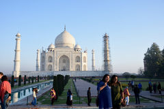 Kobiety fotografuje przy Taj Mahal w wczesnym poranku Zdjęcia Royalty Free