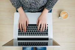 Kobiety freelancer pracuje od ministerstwo spraw wewnętrznych zdjęcie royalty free