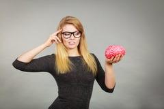 Kobiety główkowanie i mienie sfałszowany mózg fotografia stock