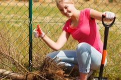 Kobiety głębienia dziura w ogródzie fotografia stock