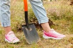 Kobiety głębienia dziura w ogródzie zdjęcia royalty free