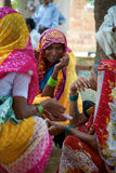 Kobiety gawędzi i ubierać z Indiańską tradycyjną suknią w Agra Zdjęcie Stock