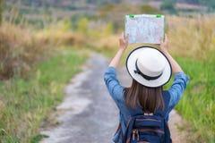 Kobiety gmerania kierunek na lokacji mapie podczas gdy podróżujący zdjęcia royalty free