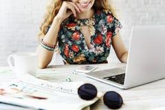 Kobiety gmerania surfingu laptopu Internetowy pojęcie obraz stock