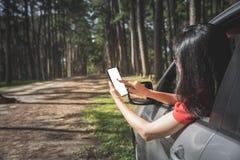 Kobiety gmerania turystyczny miejsce od smartphone w samochodzie zdjęcie royalty free