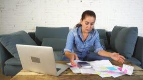 Kobiety gospodarowanie wystawia rachunek i finanse zdjęcie wideo