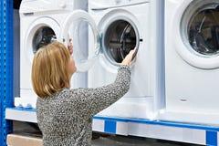 Kobiety gospodyni domowa wybiera pralkę w sklepie domowy applianc Fotografia Stock