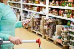 Kobiety gospodyni domowa z lista zakupy w sklepie Zdjęcie Stock
