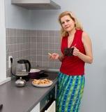 Kobiety gotuje jedzenie przy kuchnią Zdjęcia Royalty Free