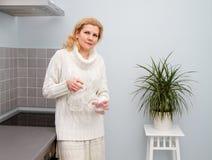 Kobiety gotuje jedzenie przy kuchnią Zdjęcia Stock