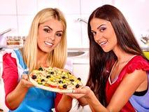 Kobiety gotuje pizzę Zdjęcie Royalty Free