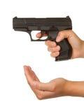 Kobiety grożenie z czarnym pistoletem Zdjęcie Stock