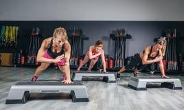 Kobiety grupują szkolenie nad steppers w aerobiku Zdjęcie Royalty Free
