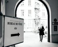 Kobiety iść ot gromadzi stacyjnych Francuskich wyborów 2nd round Fotografia Stock
