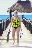 Kobiety iść snorkeling podczas gdy na tropikalnym wakacje Obrazy Stock