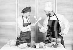 Kobiety i brodatego mężczyzny przedstawienia kulinarni konkurenci Co kucbarski lepszy Ostateczny kucharstwa wyzwanie Kulinarna bi obrazy royalty free
