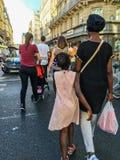 Kobiety i córki przespacerowania puszka Paryska ulica wśród różnorodnego tłumu fotografia royalty free