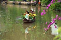 Kobiety i dzieci na rowboat z kwiatu forTet w wiośnie Zdjęcia Royalty Free