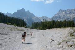 Kobiety i dzieciaka odprowadzenie na talus w Wimbachtal dolinie Obraz Stock