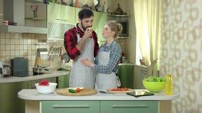 Kobiety i mężczyzna łasowania jabłko zdjęcie wideo