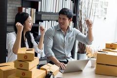 Kobiety i mężczyzna pracuje na laptopu biurze w domu fotografia royalty free