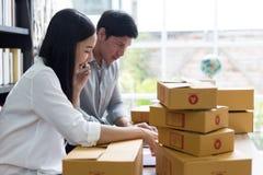 Kobiety i mężczyzna pracuje na laptopu biurze w domu zdjęcie stock