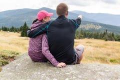 Kobiety i mężczyzna spojrzenia out nad górami Zdjęcie Royalty Free