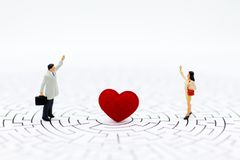 Kobiety i mężczyzna stoją naprzeciw z sercem, pośrodku Wizerunku use dla ekspresowej miłości, walentynki ` s dnia pojęcie Fotografia Stock