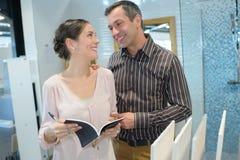 Kobiety i mężczyzna zakupy w domowym dekoracja sklepie Zdjęcie Stock