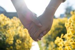 Kobiety i mężczyzny mienia ręka obraz royalty free