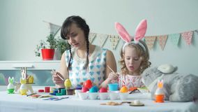 Kobiety i małej dziewczynki narządzanie dla Easter zbiory