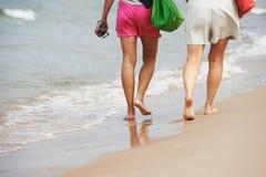 Kobiety i małego dziecka odprowadzenie przy morze plażą Fotografia Stock