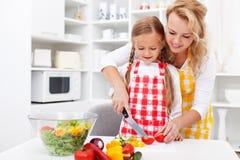 Kobiety i małej dziewczynki przygotowywać warzywa sałatkowi Fotografia Stock