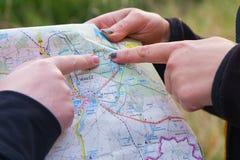 Kobiety i mapa Zdjęcia Royalty Free