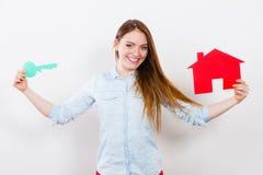 Kobiety i papieru dom Lokalowy nieruchomości pojęcie Obraz Stock