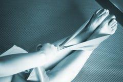 Kobiety i Pilates rozciągania joga gumowego zespołu patka zdjęcia stock