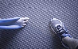 Kobiety i Pilates rozciągania joga gumowego zespołu patka zdjęcia royalty free